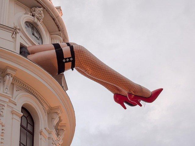 Kabaret, budova, nohy.jpg