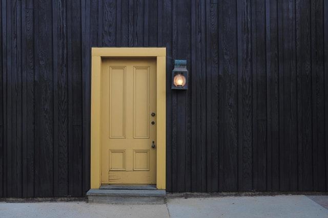 Béžové dvere na dome