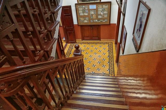 zábradlí na schodišti
